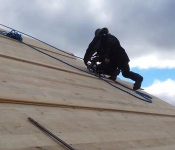 Postać na dachu 001